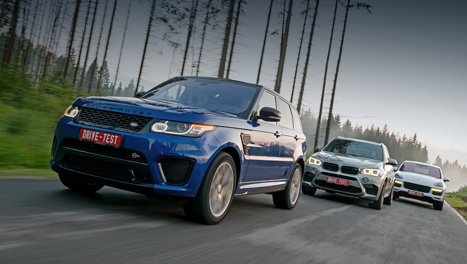 Bmw x5 m,Land rover range rover sport,Land rover range rover sport svr,Porsche cayenne. Вместе Range Rover Sport SVR, BMW X5 M и Porsche Cayenne Turbo — это 1645 «лошадей», 2180 ньютон-метров и в данном конкретном случае 28 732 000 рублей. Похожие по технике и ценам — эти автомобили сильно различаются характерами.