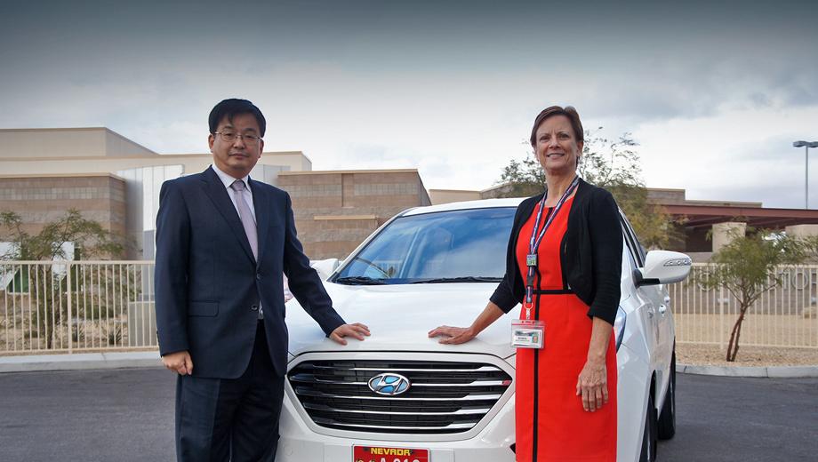 Hyundai tucson,Kia soul. «Благодаря полученному в США разрешению мы можем ускорить тестирование наших технологий автономного вождения, которые в настоящее время находятся на ранних стадиях развития», — сообщил вице-президент Hyundai Тэ Вон Лим (на фото слева). Рядом — Робин Оллендер из дептранса Невады.