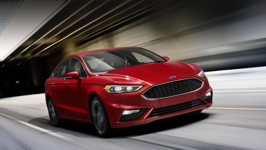 Ford fusion,Ford mondeo. Появившийся в 2012 году Fusion даже после нынешнего рестайлинга анфас поменялся не слишком сильно. Машины проще всего отличить по нижней кромке фар: теперь она со ступенькой. (На снимке — комплектация Sport.)