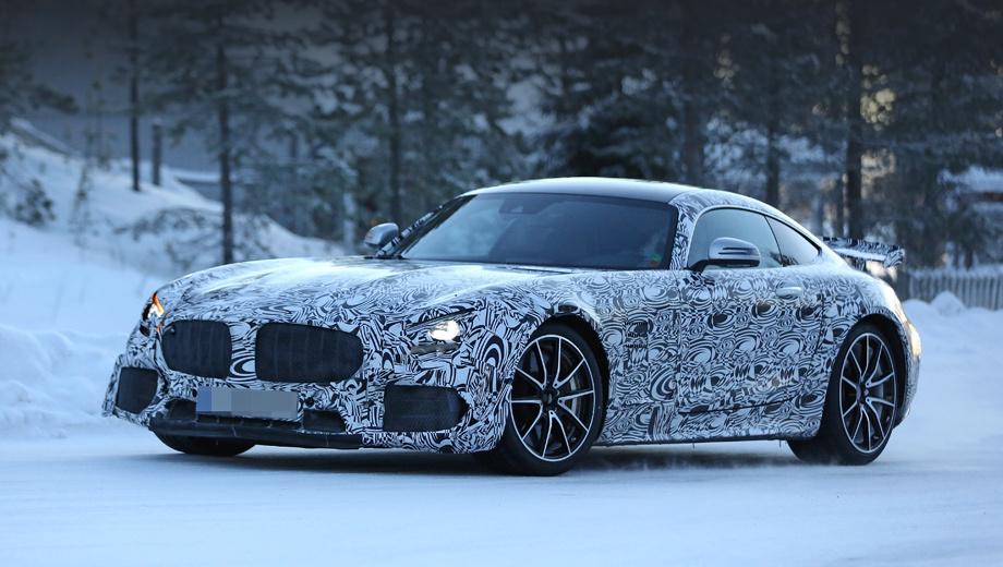 Mercedes amg gt,Mercedes amg gt r. За искажающими форму накладками и металлической сеткой скрыты новые воздухозаборники и решётка радиатора.