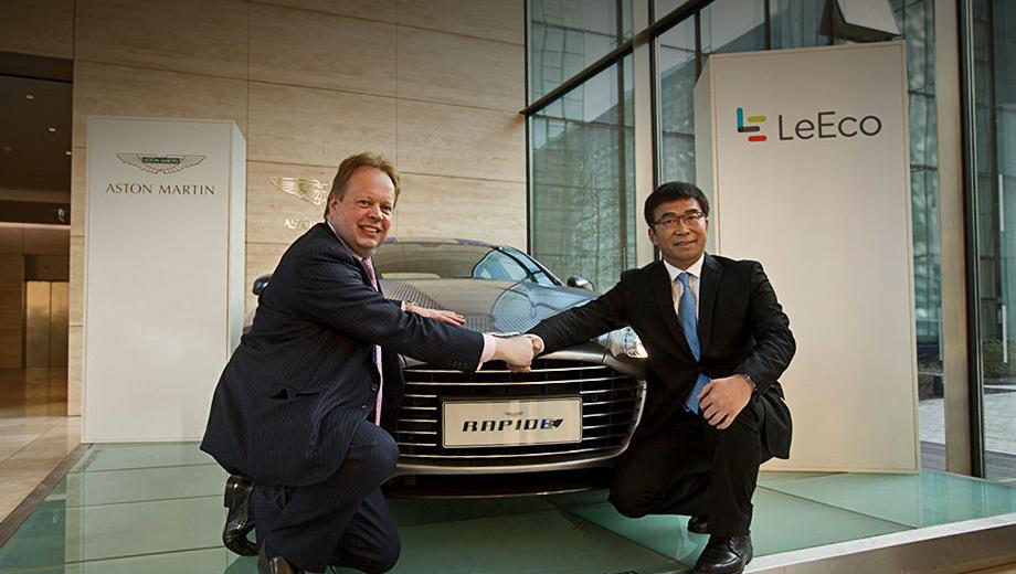 Aston martin rapide. Шеф фирмы Aston Martin Энди Палмер жмёт руку Лэй Дину, сооснователю  LeEco и главе подразделения Letv Super Car. Ранее Дин занимал руководящие должности на совместных предприятиях концернов Volkswagen и General Motors в Китае.