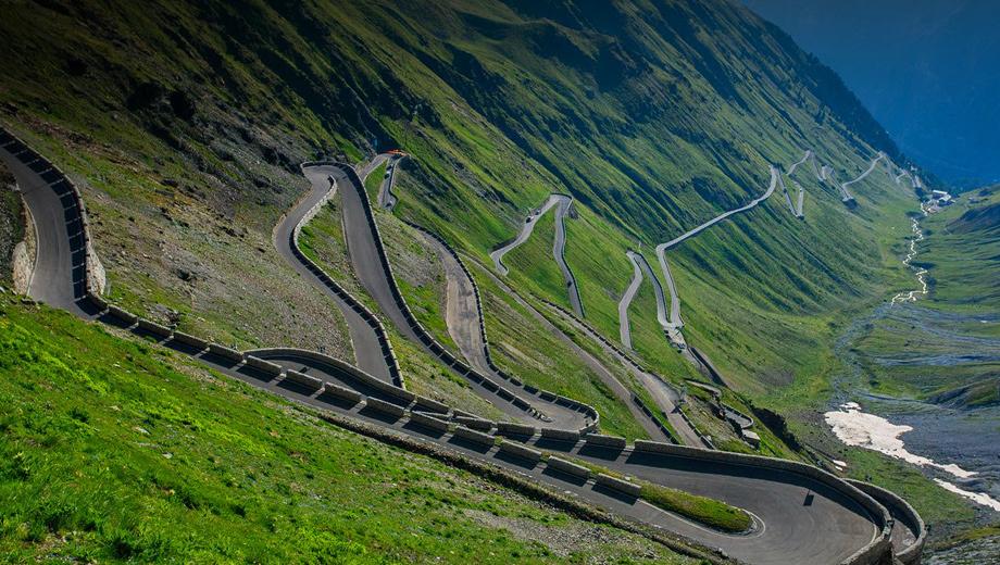 Alfaromeo suv,Alfaromeo kamal,Alfaromeo stelvio. Строительство дороги на перевале Стельвио было завершено в 1825 году. С тех пор она мало изменилась. Протяжённость трассы в километрах совпадает с количеством поворотов на ней — 75. Серпантин находится на высоте 2757 м над уровнем моря. С июня по сентябрь здесь гоняются автомобилисты, мотоциклисты и велосипедисты.