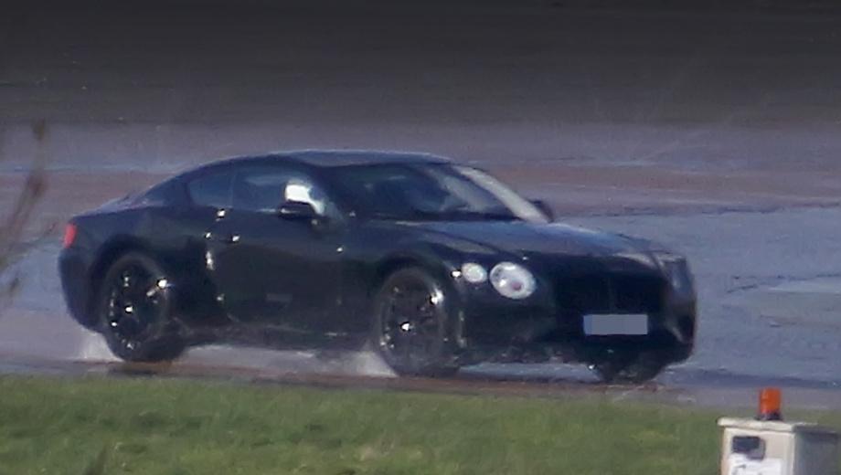 Bentley continental gt. Нечёткий снимок показывает машину, похожую на нынешнюю, рестайлинговую, но капот и решётка радиатора расположены ниже.