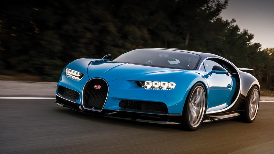 Bugatti chiron. В сравнении с Вейроном новичок на 82 мм длиннее (4544), на 40 шире (2038) и на 53 выше (1212 мм). Колёсная база выросла лишь на миллиметр (2711), масса увеличилась на 155 кг (до 1995). Размерность специальных шин Michelin: 285/30 R20 спереди, 355/25 R21 сзади.