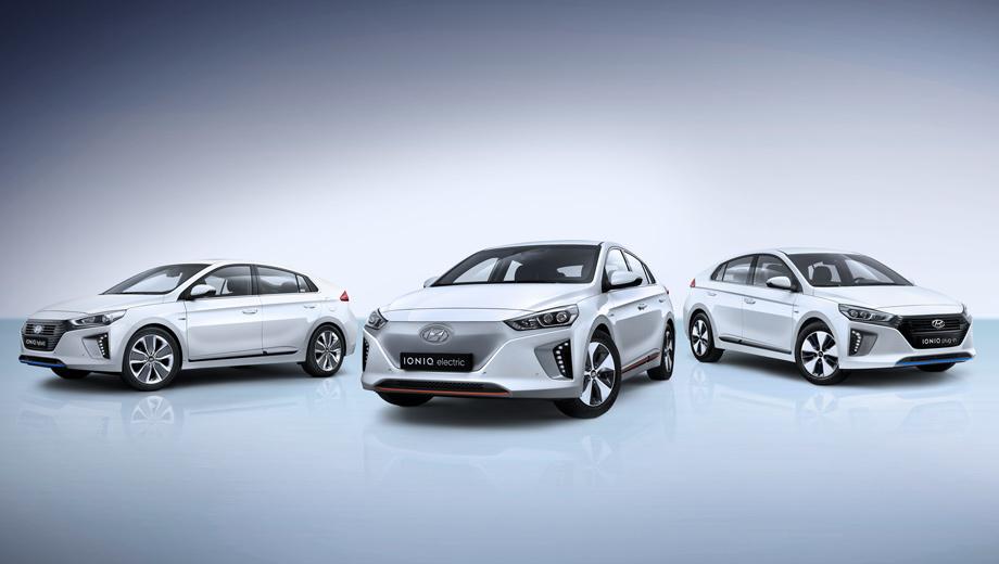 Hyundai ioniq. Слева направо: Ioniq Hybrid, Electric, Plug-in. Такое разнообразие для одной модели предлагается впервые в мире. Внешне модификации отличаются решётками, бамперами, колёсными дисками. Гибриды почти одинаковые, а электромобиль легко узнать и по корме, где проходит серая полоса.