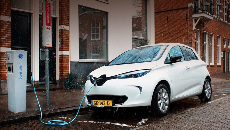 Renault zoe,Renault zoe ze. Участники проекта назвали Renault ZOE (65 кВт, 88 л.с., 220 Н•м) идеальным для новой сети, ведь зарядное устройство хэтча подходит ко всем станциям мощностью до 43 кВт. Для «наполнения» батарей требуется от 30 минут до девяти часов. Запас хода — 210 км.