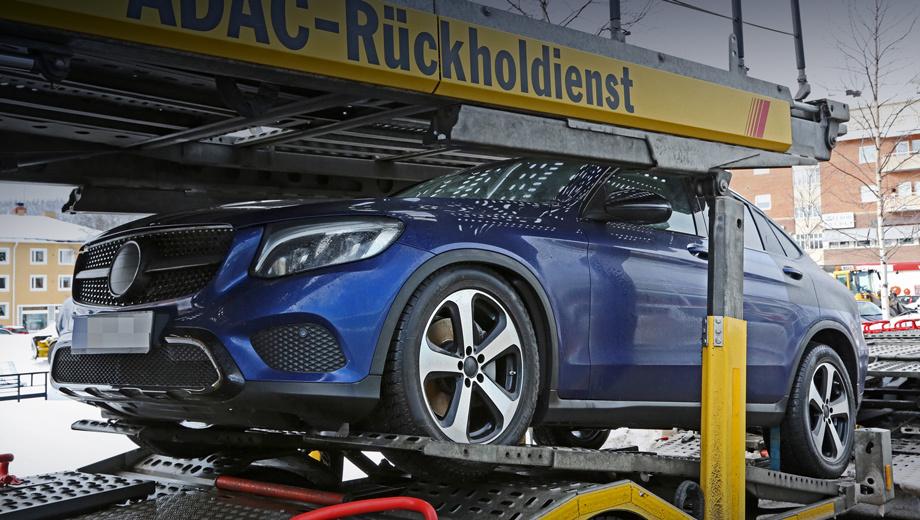Mercedes glc,Mercedes glc coupe. Фотошпионы подкараулили конкурента BMW X4 в Германии. Минимум камуфляжа свидетельствует о боеготовности модели, большом сходстве передка с носом шоу-кара и целом букете отличий от GLC.