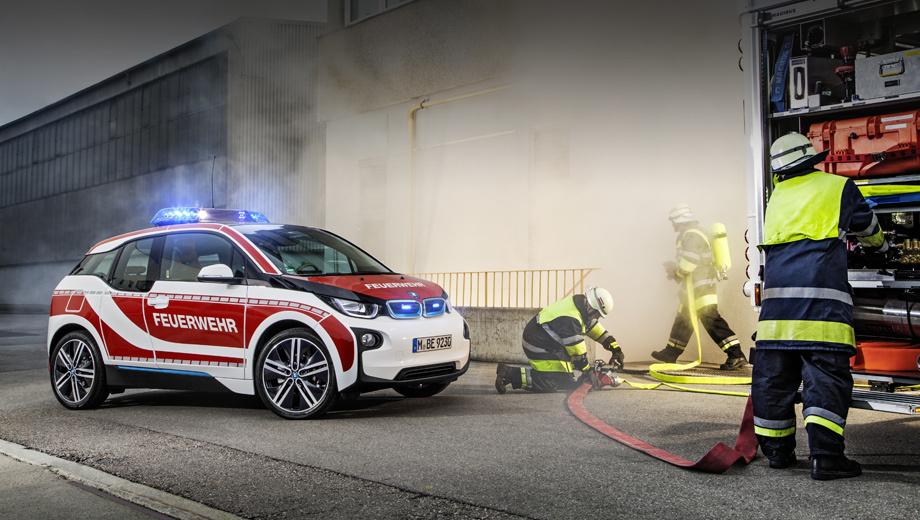 Bmw i3. Небольшая модель i3 многими воспринимается как несерьёзная, как игрушка. А вот в Германии хэтчбек укрепляет свой имидж, служа в пожарной охране, полиции и даже скорой помощи.