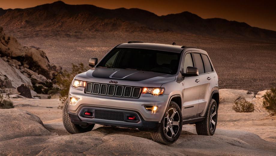 Jeep grand cherokee,Jeep grand cherokee trailhawk. Наиболее заметные перемены в облике — чёрная вставка на капоте и красные буксирные петли.