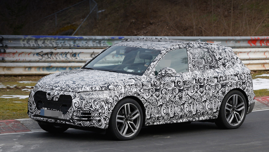 Audi q5. Хотя на машине много камуфляжной плёнки, по прежним снимкам мы уже знаем, что откровений во внешности можно не ждать. Новый Q5 будет мало отличаться от нынешнего.