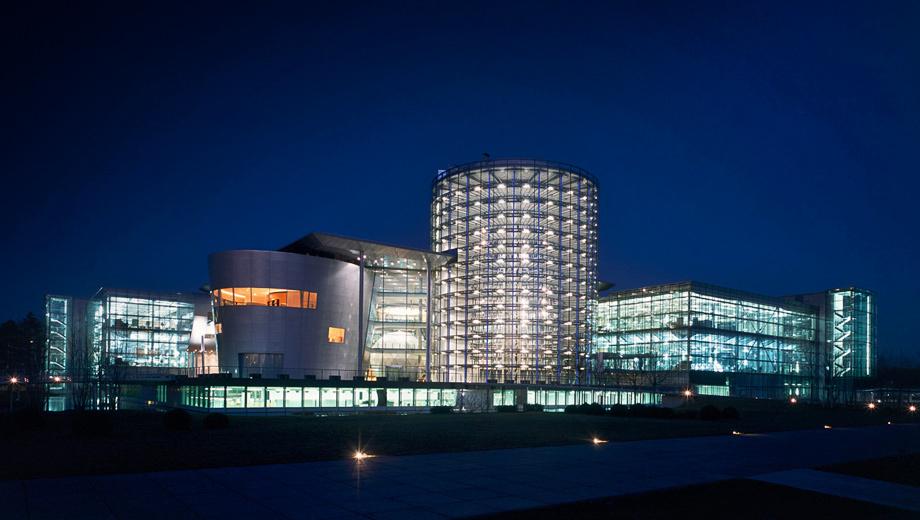 Volkswagen phaeton. В Дрезденском музее акцент будет сделан на электромобили и беспилотники. В отличие от Вольфсбурга здесь экспозиция будет ориентирована на грядущие перспективы компании Volkswagen, а не на её историю.