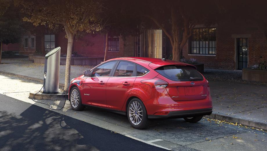 Ford model e. Хэтч Ford Focus Electric оснащён электромотором на 143 л.с., 250 Н•м и способен пройти на одной зарядке батареи (23 кВт•ч) 122 км в цикле EPA (в версии 2017 модельного года обещано уже 160 км). Выпускается в Уэйне (Мичиган) с 2011-го.