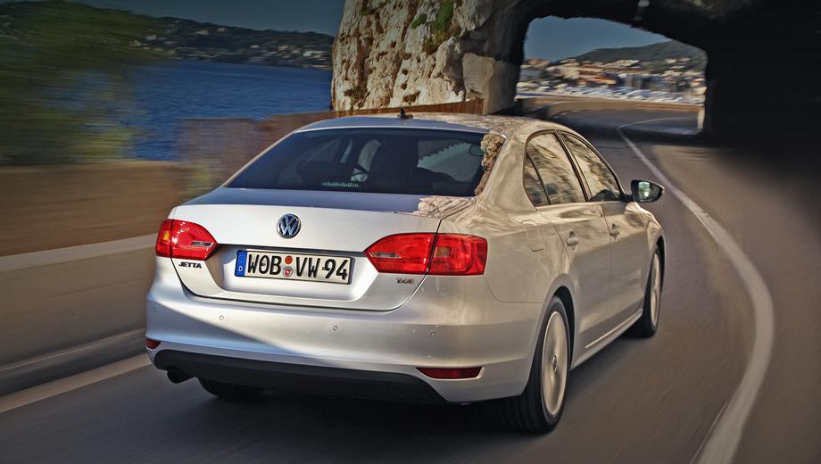 Volkswagen jetta,Volkswagen jetta_dt. В России седан ждём в июле. Программу продаж и цены обнародуют в мае. В Европе всё начинается с 20 900 евро за Джетту 1.2 TSI (105 л.с.) в базовом исполнении Trendline. Дизельная топ-модель 2.0 TDI Highline тянет на 30 тысяч.