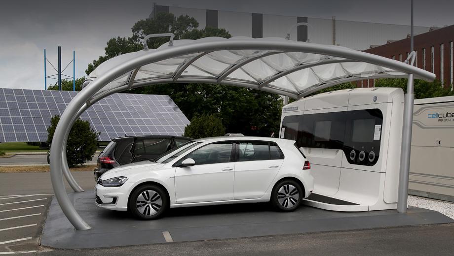 Volkswagen e-up. После подпитки частного дома от машины следующий шаг — двусторонняя связь с энергосистемой города или страны. Это позволит электромобилям сглаживать неравномерность выработки энергии солнечными и ветровыми генераторами. На фото: зарядная станция на заводе Фольксвагена в Вольфсбурге.