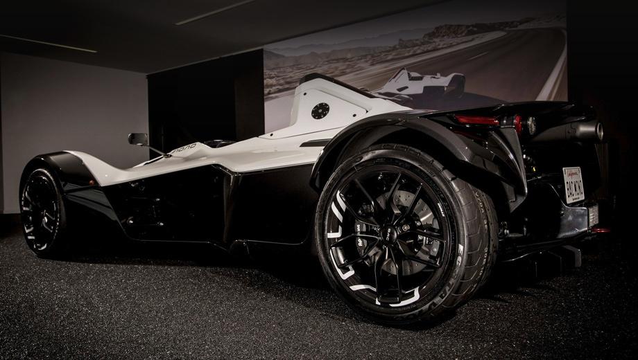 Bac mono. Комплект углепластиковых колёс стоит 9950 фунтов (947 000 рублей) при заказе сразу с новым Mono или 12 500 фунтов при установке на ранее купленный трек-кар. Довольно чувствительно даже на фоне цены самого автомобиля порядка 67 000 фунтов.
