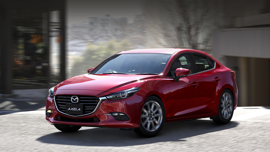 Mazda 3,Mazda axela. Оформление носовой части Акселы мы уже видели благодаря утечкам снимков. Поменялись фары и ходовые огни, бампер и расположение эмблемы на решётке радиатора.