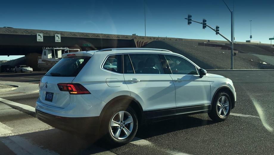 Volkswagen tiguan,Volkswagen tiguan xl. Наибольший интерес представляет вид в три четверти сзади, ведь именно от средней стойки и далее машина была изменена.
