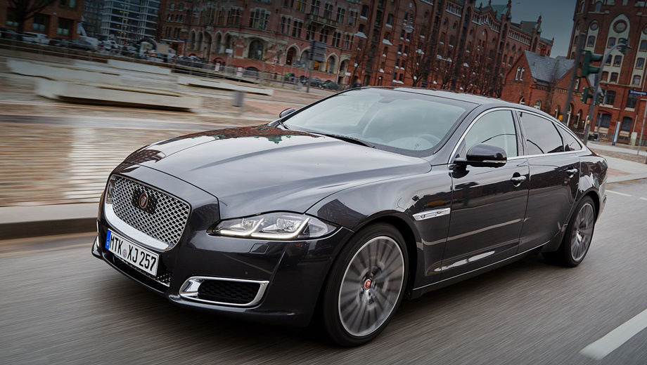 Jaguar xj,Jaguar f-pace. Сегодняшний, «пятый» XJ (на фото) по популярности сильно уступает Мерседесу S-класса и BMW седьмой серии, поэтому в следующем поколении седана необходим технологический прорыв. Справятся ли британцы, мы узнаем в 2018 году на 50-летии «икс-джея».