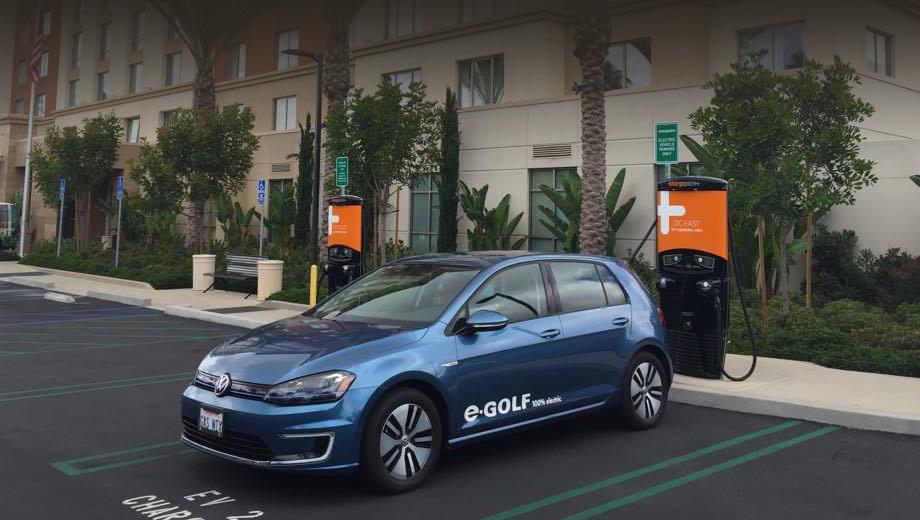 Экспресс-точка постоянного тока заряжает батарею электромобиля на 80% за 20 минут, заявляет компания ChargePoint.