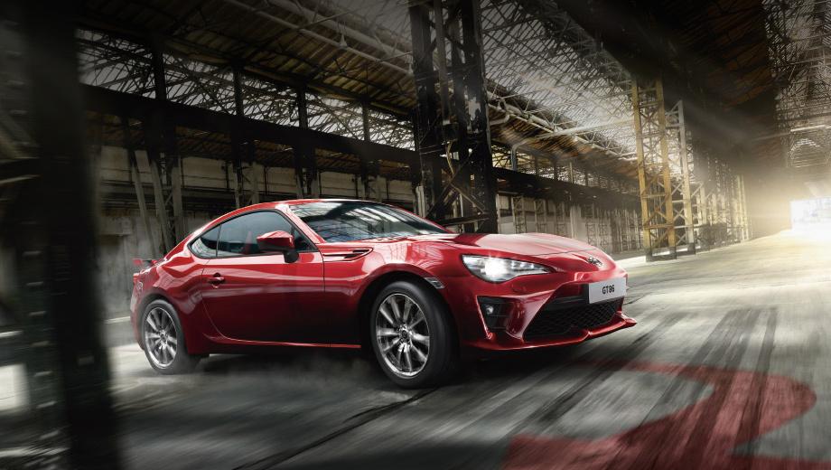 Toyota gt86. Купе обзавелось новыми амортизаторами и пружинами, которые призваны улучшить его управляемость. Кроме того, появился гоночный режим, позволяющий разом отключить все электронные системы.