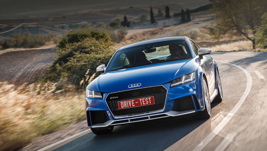 Audi tt rs. В Россию TT RS приедет лишь следующим летом, поэтому цены пока немецкие: от 66 400 евро за Coupe и от 69 200 за родстер. То есть закрытая машина на пару тысяч дороже, чем Porsche 718 Cayman S, а разница с BMW M2 достигает аж десяти тысяч евро.