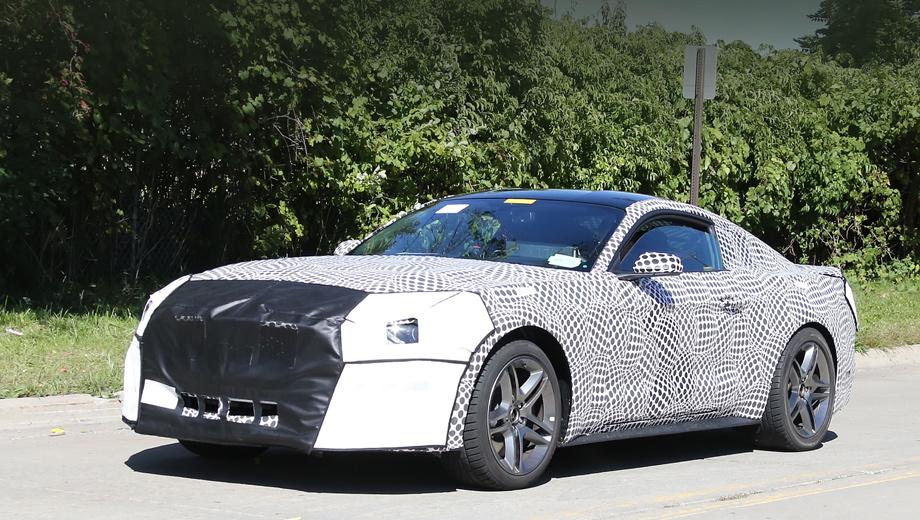Ford mustang. У автомобиля, замеченного на тестах в Дирборне, изменены форма капота и решётка радиатора. Фары тоже обновятся.