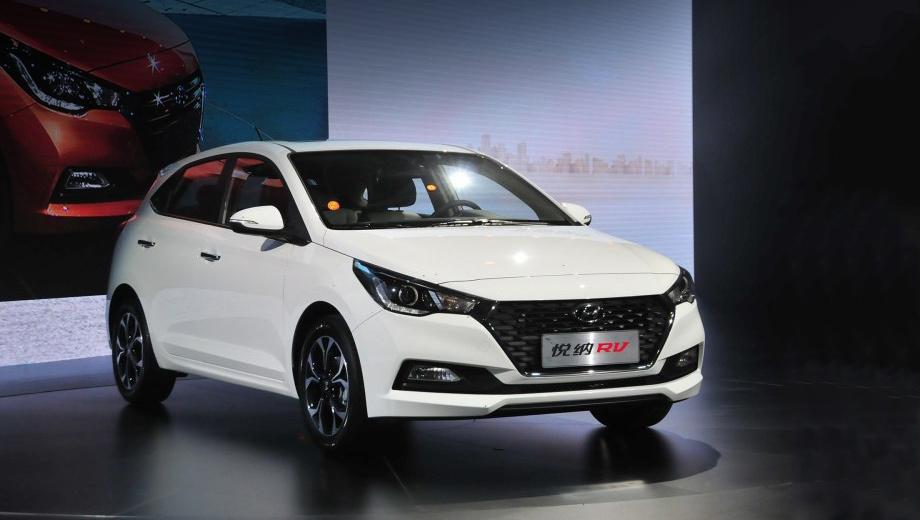 Hyundai solaris,Hyundai verna. Колёсная база хэтча — такая же, как и у седана: 2600 мм, это на 30 мм больше, чем у предшественника. Прибавка должна дать больше пространства в ногах задних пассажиров.