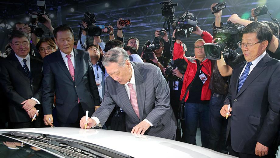 На торжественной церемонии пуска завода глава Hyundai Motor Чон Монгу оставил автограф на капоте модели Verna Yuena (так в Китае зовётся <a href=&quot;https://www.drive.ru/hyundai/drive-test/2010/12/27/3811650/tretya_sila.html&quot; target=&quot;_blank&quot; rel=&quot;noopener&quot; class=&quot;post-link&quot; data-verified=