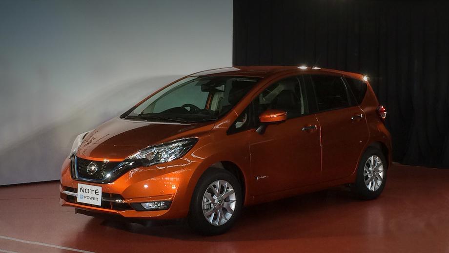Nissan note. Большинство новшеств пришлось на фронтальную часть однообъёмника — тут стало больше хрома, а в корпусах зеркал заднего вида появились повторители поворотников.