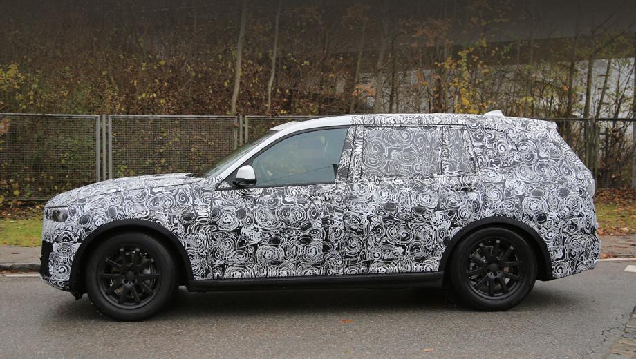 Bmw x7. Эта машина крупнее, чем следующий X5, у неё выше капот, крыша, длиннее задняя часть кузова, в том числе дверцы.