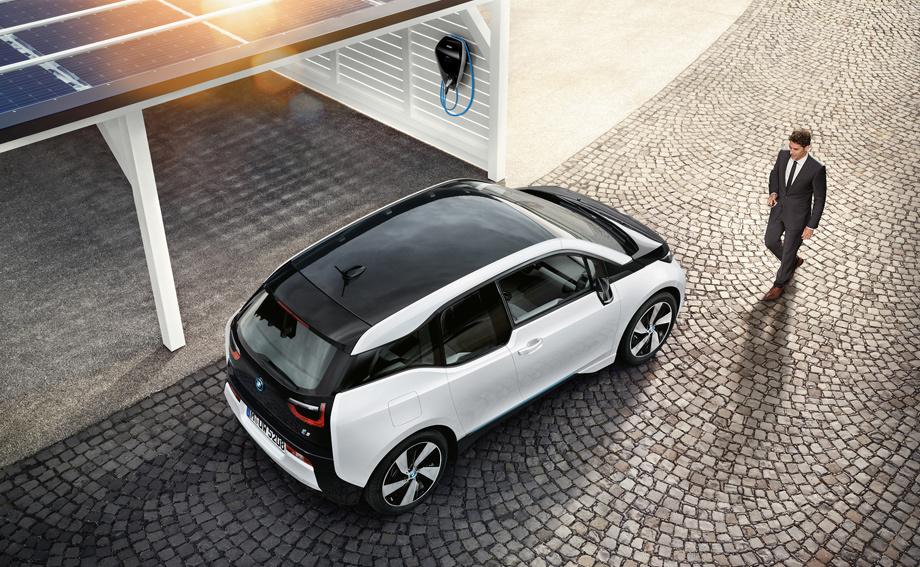 Компания выпустила пару новых версий домашней зарядной системы BMW i Wallbox, способных выдавать трёхфазный ток мощностью до 22 кВт. При этом вариант i Wallbox Connect получил модуль WiFi и наилучшим образом подготовлен к работе вместе с системой Digital Charging Service.