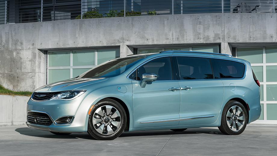 Chrysler pacifica. Сейчас самой «зелёной» считается Pacifica с гибридной силовой установкой (на фото): это бензиновый двигатель V6 3.6 Pentastar и два электромотора, в сумме выдающие 263 л.с. Запас хода — 911 км, из них на электричестве вэн проезжает 50 км. Цена — от $41 995 (2,6 млн рублей).