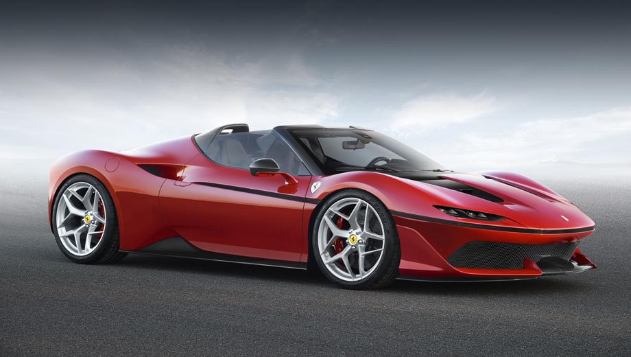Ferrari j50. Остекление родстера напоминает баркетты из Маранелло 1950-х, а чёрная разделительная линия на боку — явный намёк на купе GTO 1984-го, F40 1987-го и F50 1995-го.