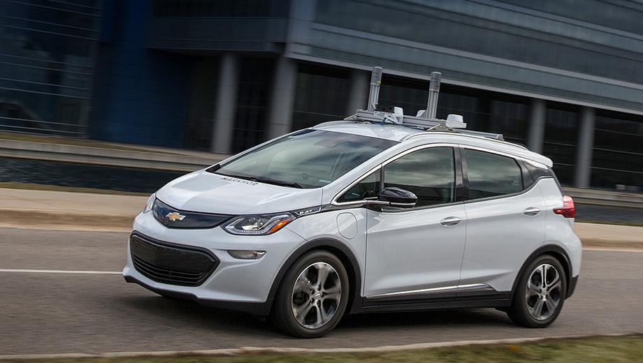 Chevrolet bolt. Официальные фотографии Болта со способностями к автономному движению представлены впервые. Впрочем, ранее попадались шпионские снимки с улиц Сан-Франциско и Скоттсдейла, куда 40 хэтчей получили допуск в июне. Но — в гостях хорошо, а дома (рядом со штаб-квартирой GM) лучше.