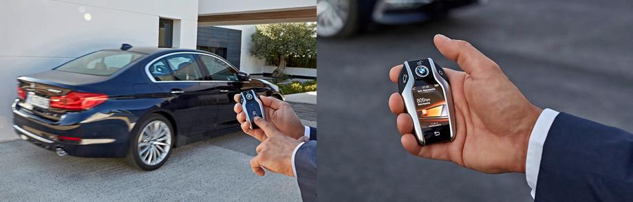 Ключ у «пятёрки» — «семёрочный», с экраном. В топ-версии машину с него можно автопилотно загнать по прямой в гараж (фото слева), уточнить остаток топлива в баке, настроить климат… Странно, что с его помощью до сих пор нельзя звонить.