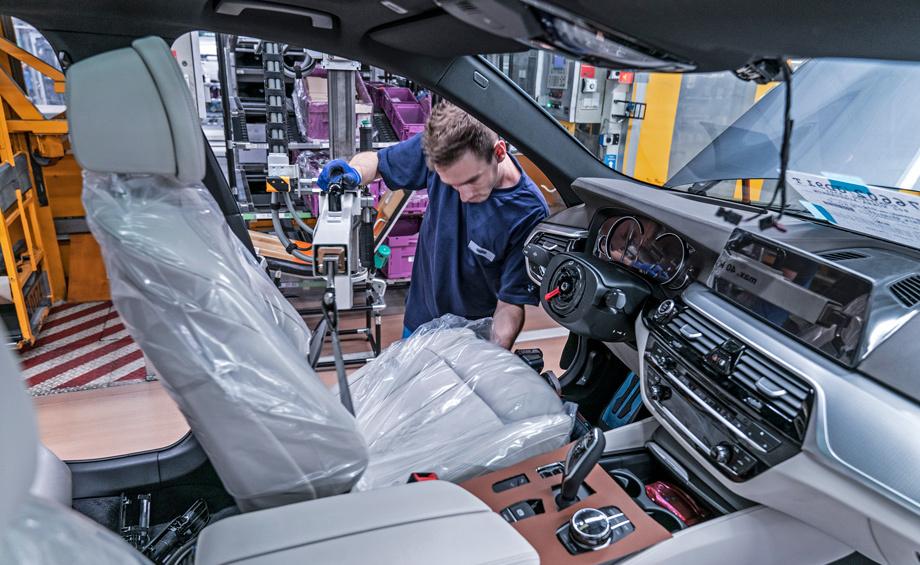 Новые «пятёрки» делают на заводе в немецком Дингольфинге, но он перегружен, поэтому с начала 2017 года выпуск наладят ещё и в австрийском Граце силами компании Magna Steyr. Длиннобазным вариантом для Китая, как и прежде, займётся предприятие BMW Brilliance.