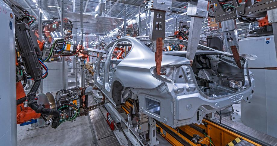 Силовая структура кузова G30 сделана из высокопрочных сталей, однако задние лонжероны, как и опоры подвесок, капот, крыша, двери и крышка багажника — алюминиевые. Магний — только в поперечине передней панели. Может быть, «семёрочный» углепластик появится в кузове версии М5? «Да, я согласен, — цепляется к словам Йохан Кистлер, — может быть!».