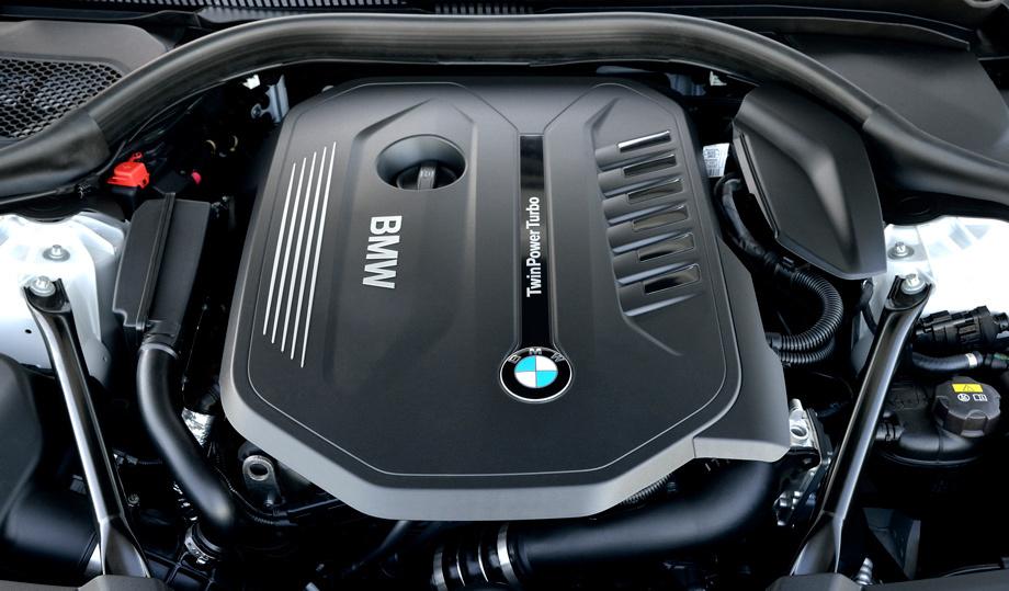 Алюминиевый бензиновый агрегат нынешней модели 540i (340 л.с., 450 Н•м) именуется B58B30: один двухпоточный турбонагнетатель, непосредственный впрыск топлива, плавная подстройка фаз газораспределения Double-VANOS и бесступенчатая регулировка хода клапанов Valvetronic. Как и дизель, этот мотор укутан в термо-акустическую скорлупу SYNTAK, Synergy Thermoacoustic Capsule, снаружи напоминающую флис, а изнутри пористую резину. Так мотор дольше остывает (спустя 12 часов его температура в среднем на 10 °С выше, чем без защиты), легче пускается в мороз, быстрее прогревается и вдобавок тише.