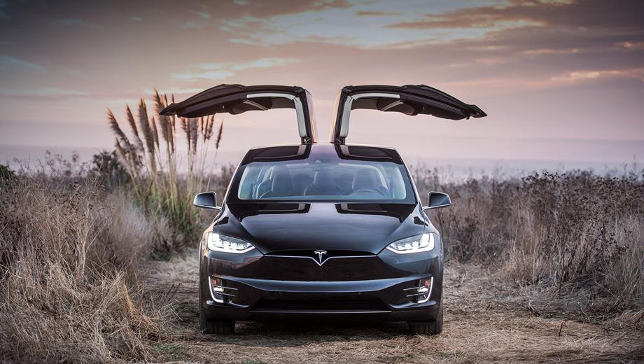 Tesla model s,Tesla model x. Сейчас электромобили Теслы (подержанные и новые) продаются у нас по «серым» схемам. Крупнейший, кто занимается этим, — Moscow Tesla Club. Кроссовер Model X (на фото) у него стоит 14,4 млн рублей, хэтчбек Model S — 4,8–7,5 млн. Но с первого января лавочку придётся прикрыть из-за обязательной SOS-системы ЭРА-ГЛОНАСС.