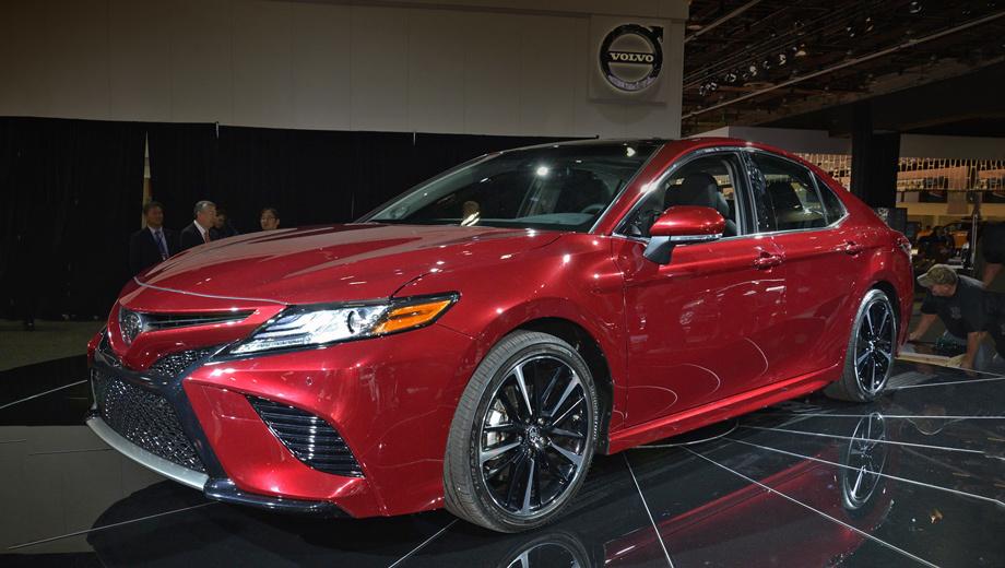 Toyota camry. Длина модели равна 4859 мм (+9 мм к предшественнице, все цифры даны для американской версии), ширина — 1839 (+19), высота — 1440 (−30 мм), колёсная база выросла на 49 мм (2824).