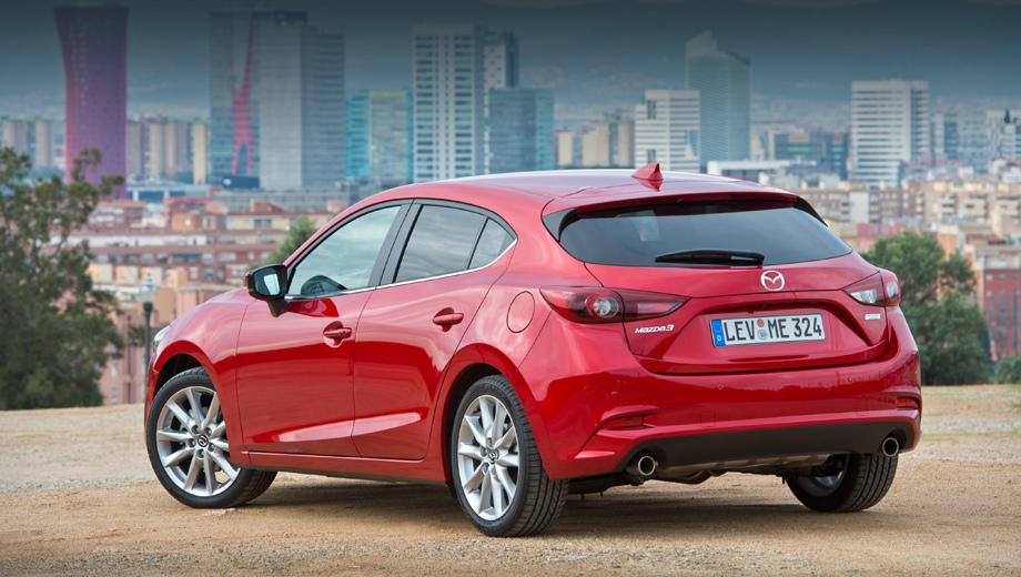 Mazda 3. После добавления к значку Skyactiv на корме «двойки» бензиновая Mazda 3 сможет расходовать 3,33 л/100 км даже без гибридного привода.