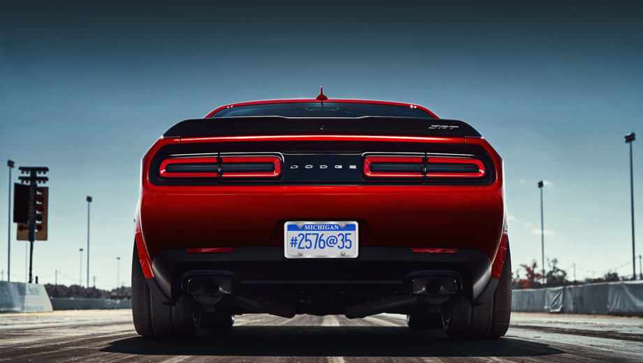 Dodge challenger,Dodge challenger srt demon. Купе Dodge Challenger SRT Demon будет отличаться от версии Hellcat более широкими задними арками, оригинальными колёсами и капотом с парой воздухозаборников в стиле старого Демона.