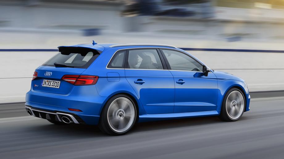 По заказу электронный ошейник Audi RS 3 можно ослабить, и тогда ваш хэтчбек сможет развить не 250 км/ч, а все 280. Технология Audi Drive Select позволяет менять режимы работы силового агрегата, клапанной выпускной системы, рулевого управления и адаптивных амортизаторов.