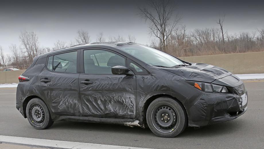 Nissan leaf. Передние дверной проём и окошко стойки словно перекочевали с предшественника, но линия разъёма капота — иная, и остекление сзади перекроено.