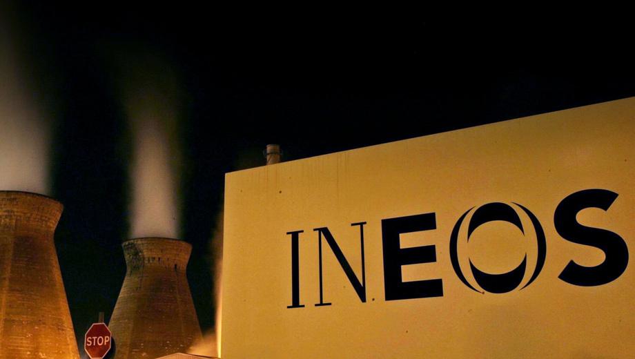 Land rover defender. Ineos Group, основанная в 1998 году, входит в десятку крупнейших в мире производителей химикалий. Её продукция используется в самых разных отраслях, включая фармацевтику, строительство и так далее. Автопрому Ineos поставляет полимерные изделия. Собственные машины концерн никогда не делал.