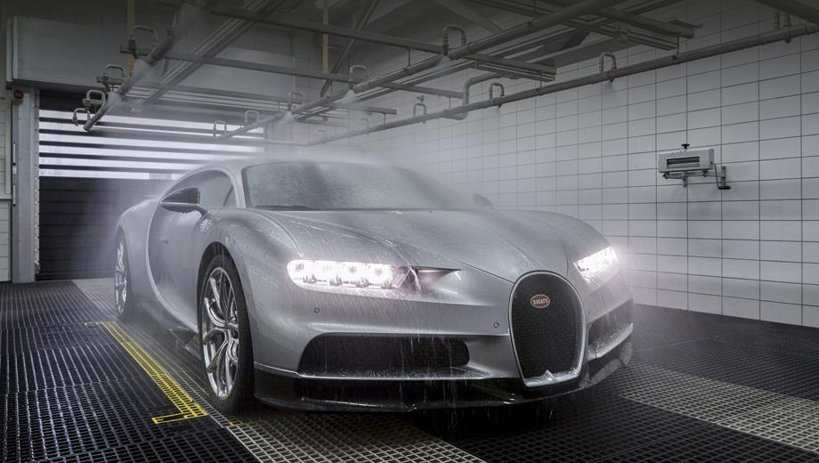 Bugatti chiron. Каждый Chiron от начала сборки и до отправки клиенту проходит путь длиною в полгода (девять месяцев с утверждения конфигурации). Поставки заказчикам первых экземпляров начнутся в первом квартале. (На фото — 30-минутный ливневый тест.)