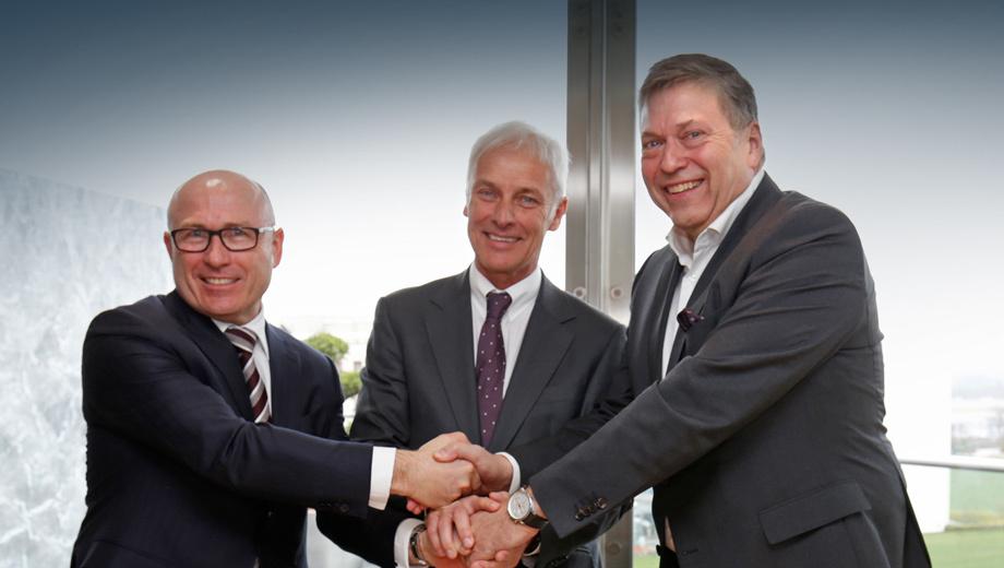 Tata nexon,Tata tigor. Меморандум о взаимопонимании немцы, так уж вышло, подписали с немцем. Слева направо: гендиректор Шкоды  Бернхард Майер, шеф Фольксвагена Маттиас Мюллер, босс концерна Tata Motors Гюнтер Бутшек. Интересный альянс, если учесть, что Тате принадлежит Jaguar Land Rover.
