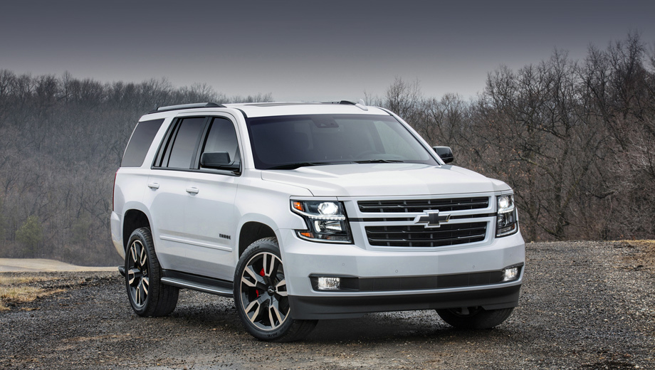 Chevrolet tahoe,Chevrolet tahoe rst. На RST установлены оригинальные колёсные диски с шинами Bridgestone 285/45 R22, убран хром, добавлены глянцево-чёрные решётка радиатора (она обрамлена в цвет кузова), корпуса зеркал, шильдики, окантовка окон и значок Chevrolet.
