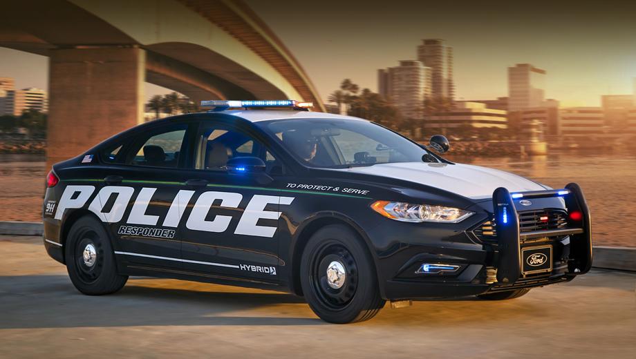 Ford police responder,Ford fusion. Помимо раскраски и «люстры» от гражданских собратьев полицейский вариант отличается упрочнённой подвеской, защитой днища, стальными колёсами, специальными шинами и перенастроенными тормозами с увеличенными дисками.
