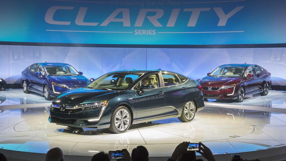 Honda clarity. Новые варианты модели Clarity производитель показал на Нью-Йоркском автошоу, явно намекая на ключевой рынок. В следующие четыре года компания планирует реализовать в США 75 000 машин во всех трёх версиях.